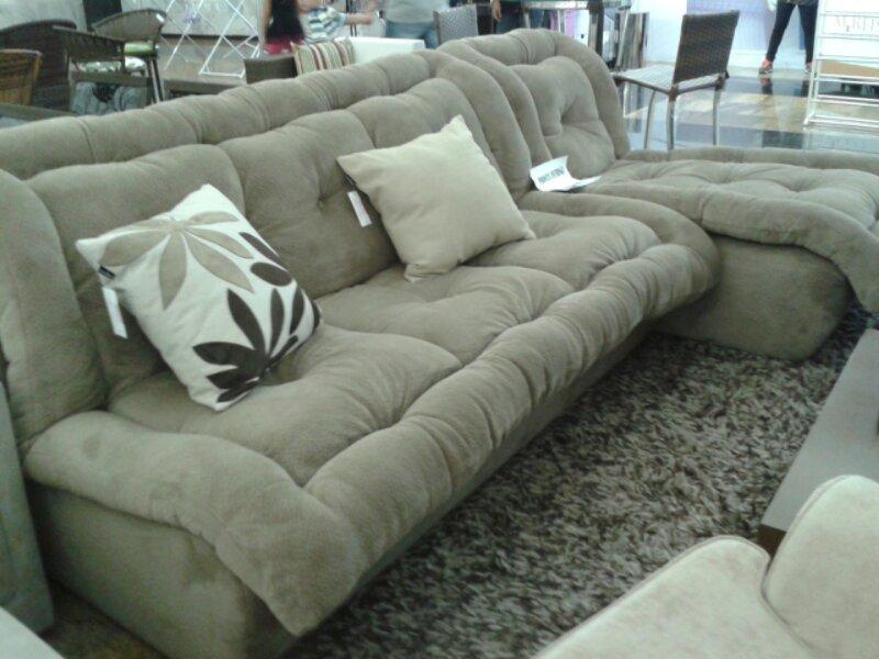 O sofá é revestido com um tecido parecido com veludo. O nome correto, seria swed. Anti-términco, que se adapta a temperatura ambiente.